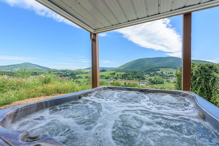 6BR Lodge, View of Mtns & Town Below, Hot Tub, Pool Table, 2 King Suites
