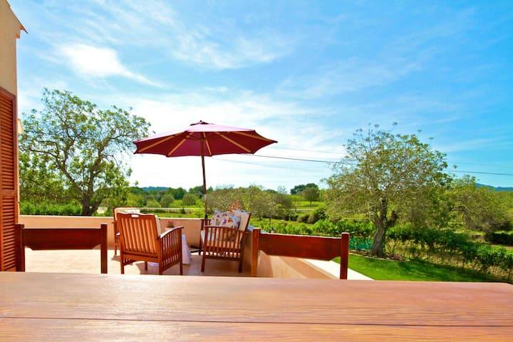 Terrasse mit Gartenmöbeln  im-web.de/ Mallorcareise SL
