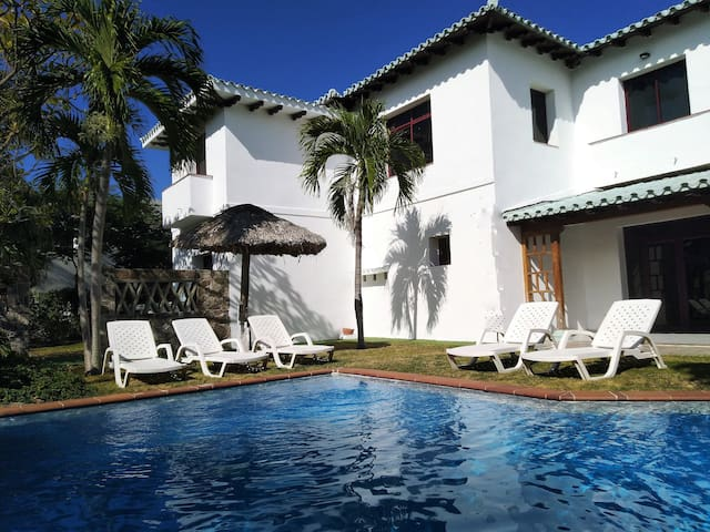 Villa Queen Elegant villa front beach private pool