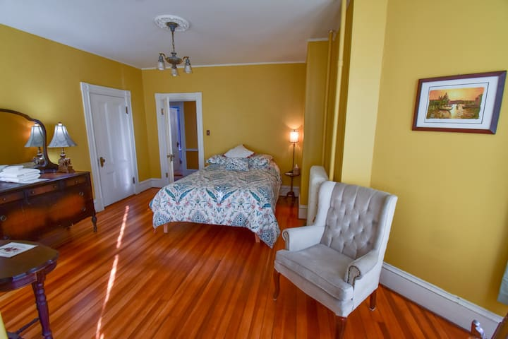 Our romantic getaway room -new queen mattress 9/18