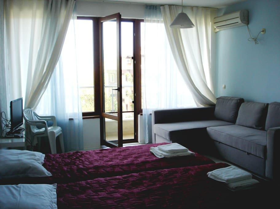 Две отдельные кровати и выдвигающийся диван, в разобранном состоянии подходит для двоих/Two single beds and move-oout sofa suitable for two people