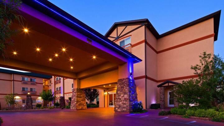 Ultimate Zion Getaway!Three Units, Pool, Breakfast