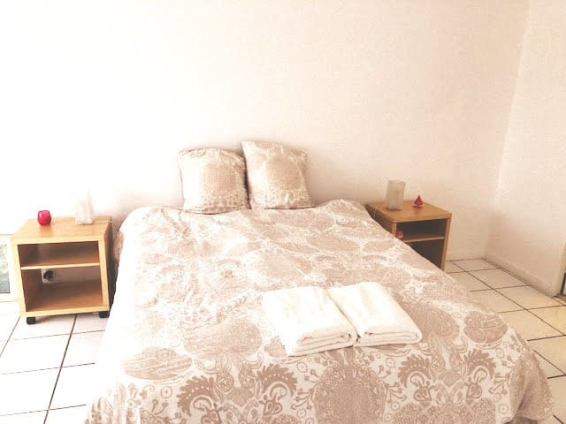 CHAMBRE 1 - Chambre parentale lit Queen (Master bedroom) spacieuse.