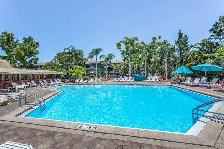 Waterfront condo w/ a shared pool, hot tub, tennis, basketball, & fitness room