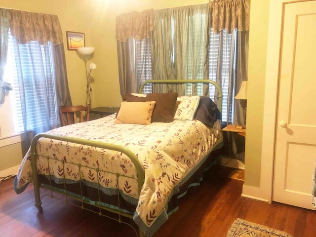 Adorable Room in small town, Cameron, TX.