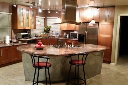 A Desirable Home Near the Lake - Westlake Village - House