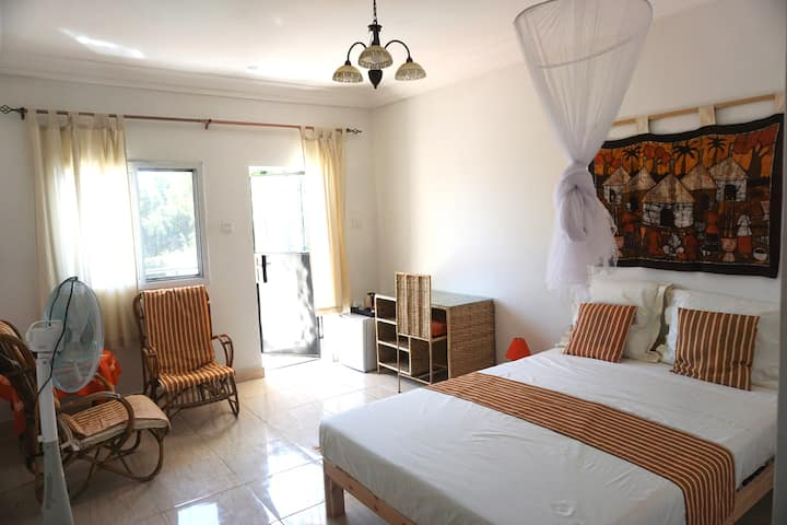 B&B VILLA CALLIANDRA Bijilo, nice room double bed.