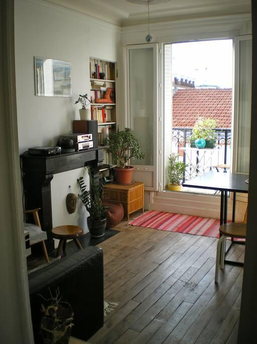 salon lumineux, avec balcon