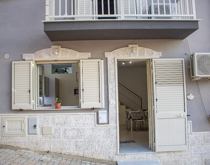 Private, modern & central 3BR apt near Agrigento