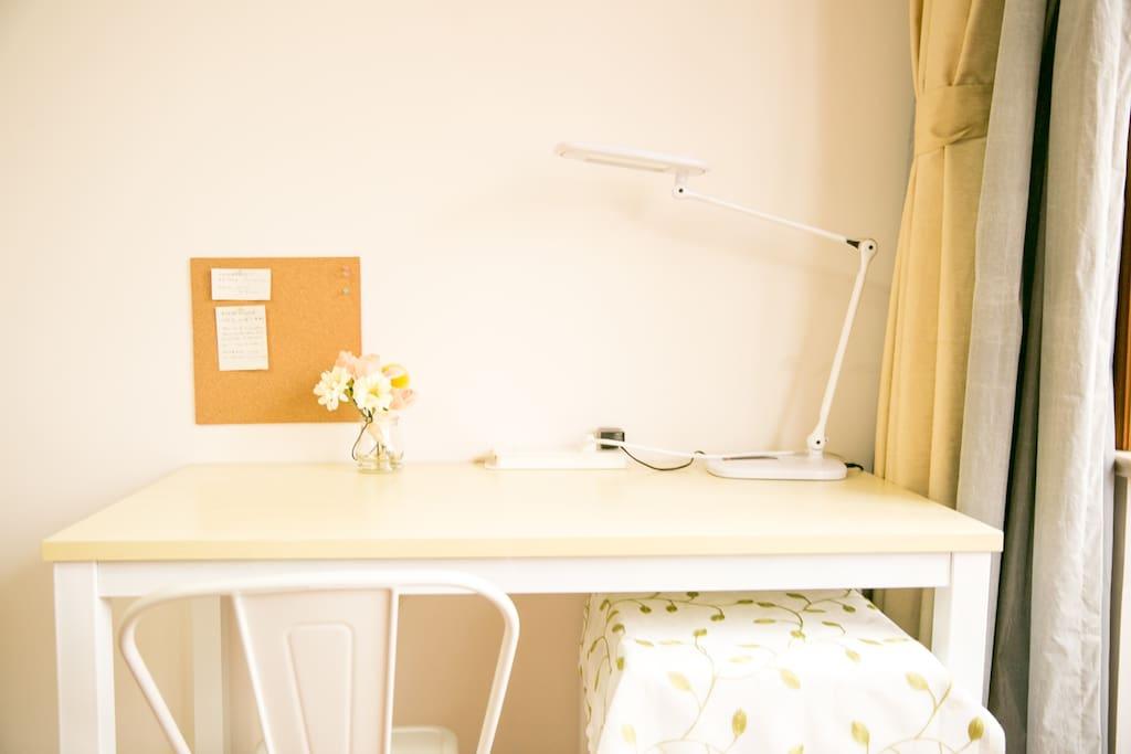 朝南主卧书桌一角,配有led护眼专业书桌台灯