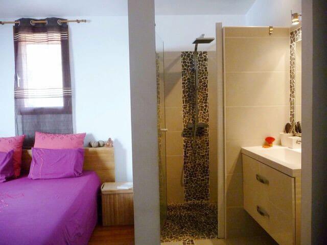 Chambre 2 personnes et salle de douche