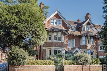 Lovely basement apartment in leafy Summertown.