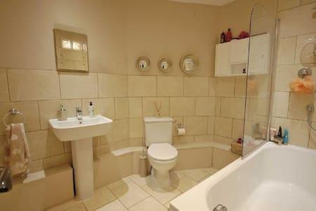 Two bedroom house in Cheltenham - Cheltenham - Huis