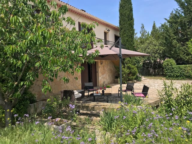 Guesthouse near Nîmes and Uzès for 8 garden BBQ