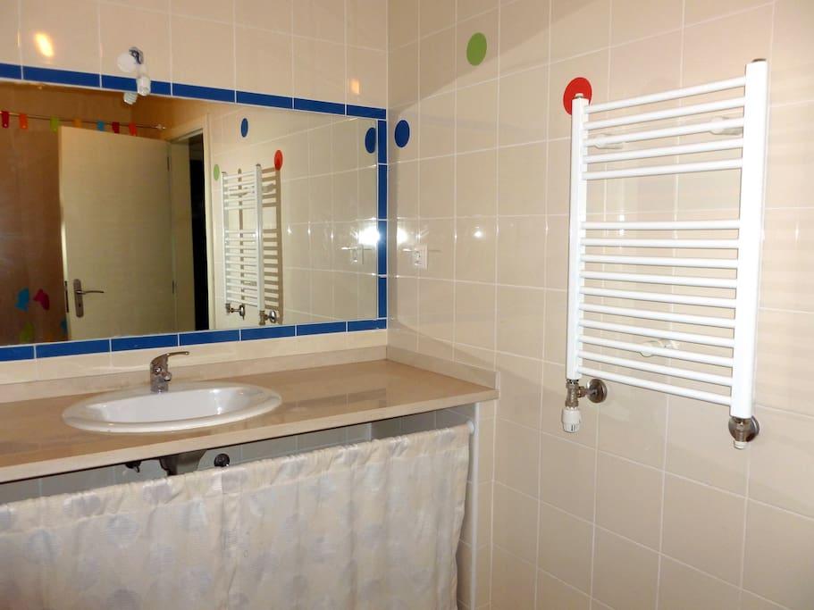 Casa de banho grande e com banheira