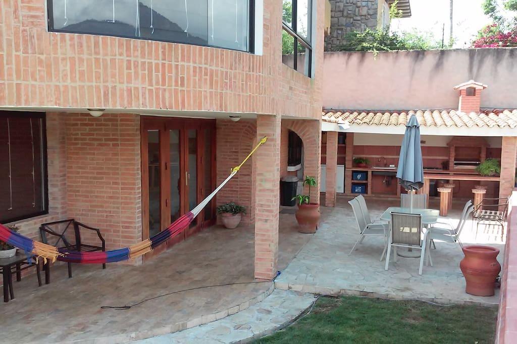 Vista Patio Trasero, área de descanso y parrillera/ barbacoa