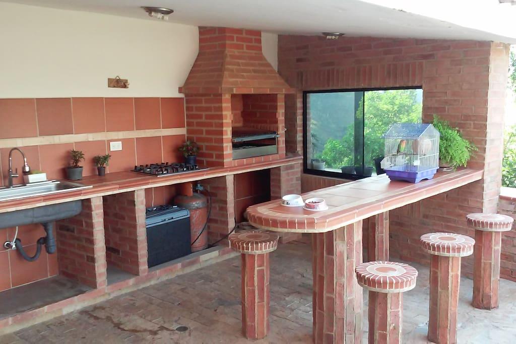 área Parrillera/ Barbacoa, con cocina de gas, fregadero y nevera