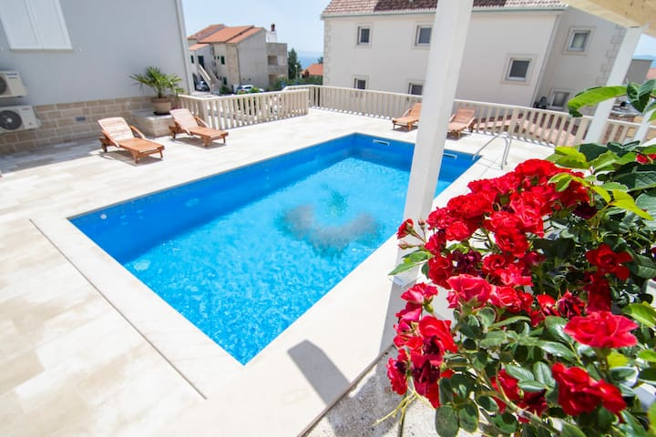 S7 - 2BR apartment with pool, city and sea view