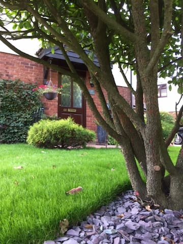 Comfortable double room in quiet, leafy suburb