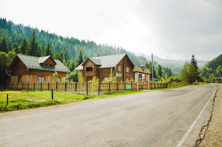 Криворізька Паланка - будиночок біля лісу.