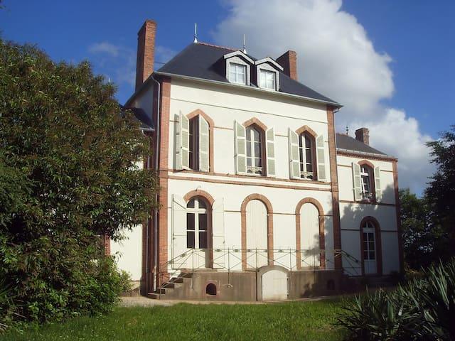 Petit chateau de La Coudraie - Jallais - Huis