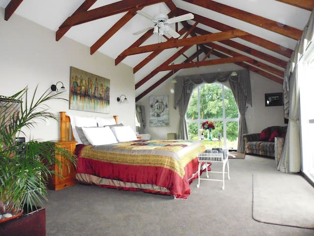 Luxurious spacious bedroom/lounge with great views - Napier - Bed & Breakfast