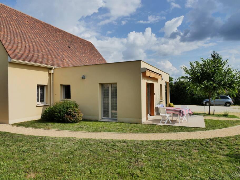 Belle terrasse, avec store électrique, table de jardin et bain de soleil