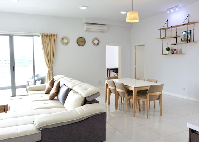 Spacious Living & Dining Room Area 客厅和饭厅