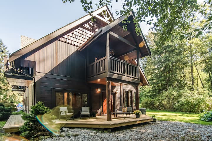 Reid Manor: Tranquil home on 3 acre greenbelt