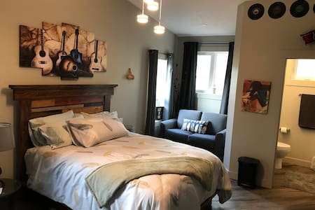 Slippery Slopes BnB - Room 1 315 Ash St, Valemount