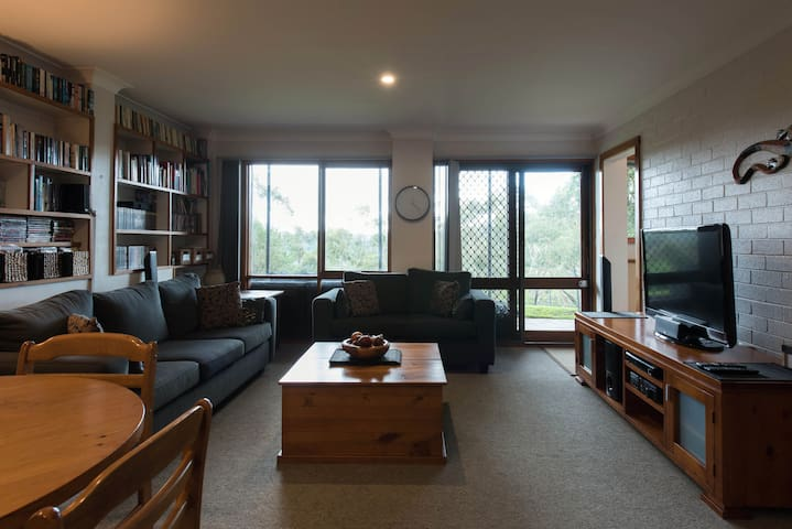 Spacious self-contained living with bush views - Berowra - Casa