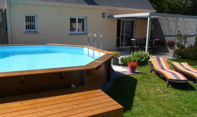 Maison avec piscine chauffée, 8 km de la plage