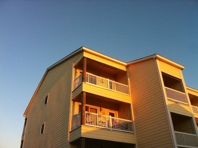 Beachy Getaway w/ Ocean-view, Balcony & Pool - Carolina Beach - Lyxvåning