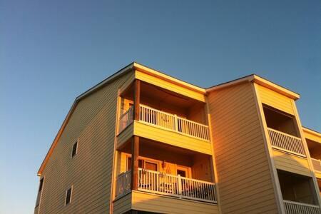 Beachy Getaway w/ Ocean-view, Balcony & Pool - 캐롤리나 비치(Carolina Beach) - 아파트(콘도미니엄)