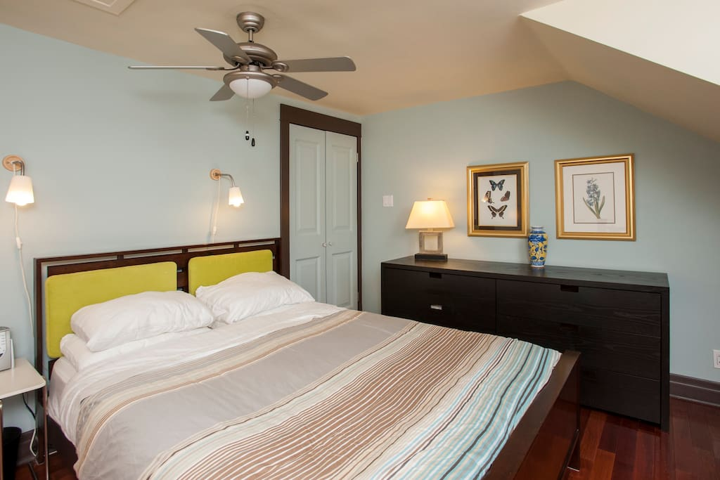 Walk up to open concept master bed with ensuite. Queen bed.