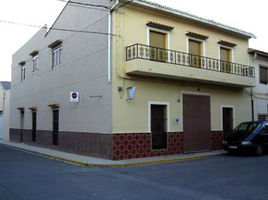 Situé au 1er et unique étage et à l'angle de 2 rues