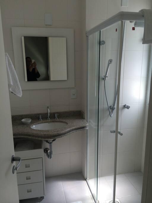 Banheiro em cada suite, ambos com janela