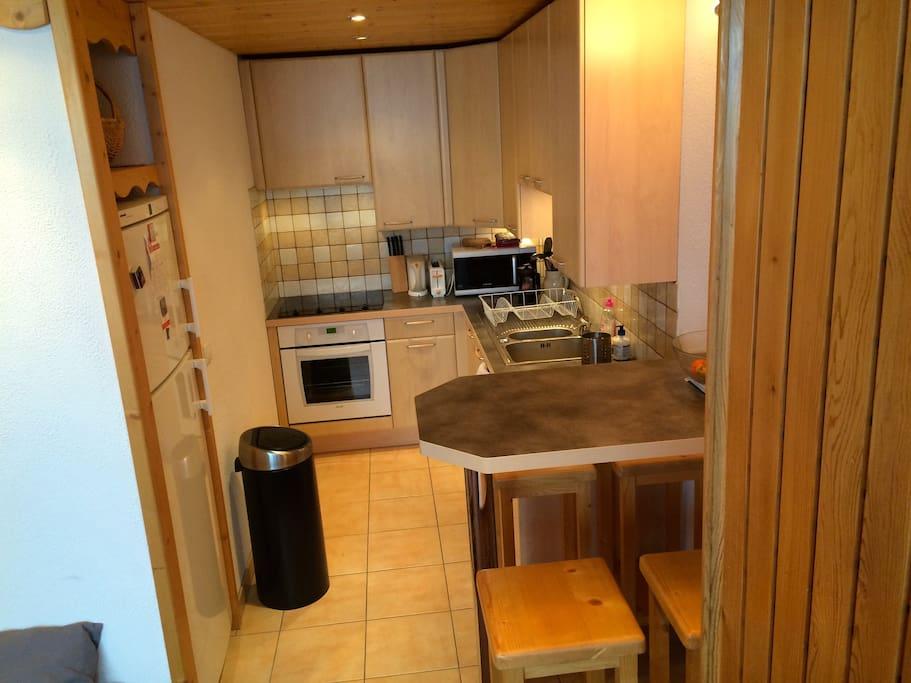 La cuisine entièrement équipée avec lave-vaisselle, grand frigo-congélateur, cuisinière avec four, four micro-ondes, etc.