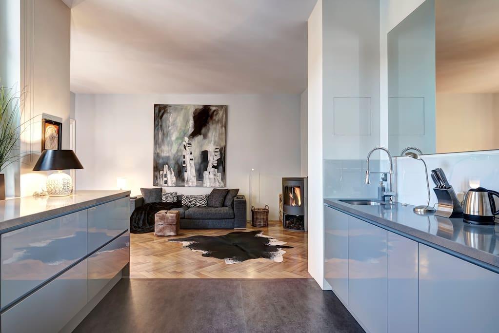Blick von Küche in den Wohnraum