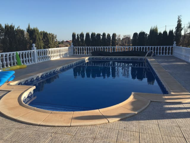 Spanish villa with pool, 3 bedrooms & Wifi - La Campana
