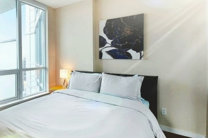 Downtown Center/Private cozy room/City view/Female