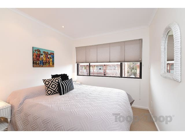 City fringe parkland townhouse - North Adelaide - Apartamento