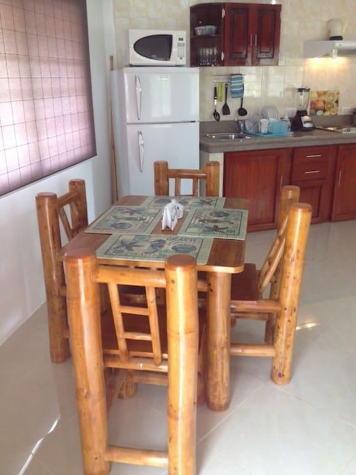 la mesa esta confeccionada con caña guadua logrando un ambiente natural para servirte tus alimentos.