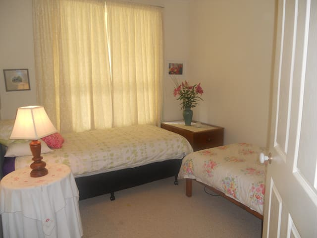 Twin room in cosy family home - Seabrook - Bed & Breakfast
