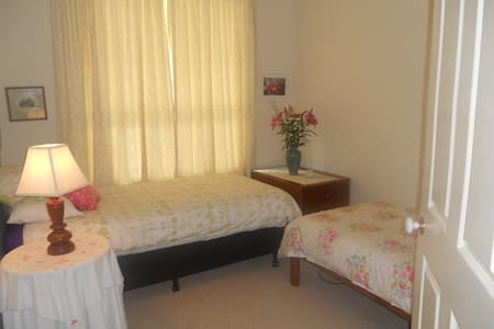 Twin room in cosy family home - Seabrook