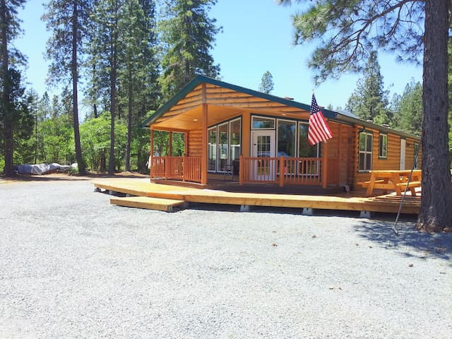 Beautiful Log Cabin: 3 Bed / 2 Bath (CA1)