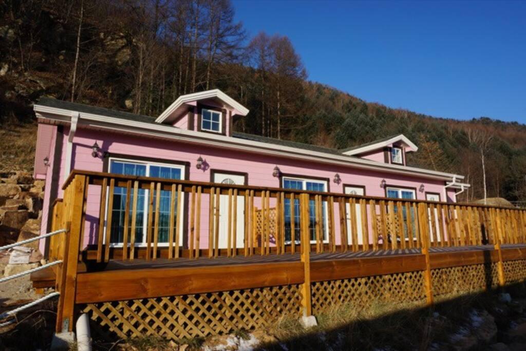 18평형, 3실(송어방,메밀방,어름치방)으로 구성되었어요. 통나무데크로 아름답게 꾸며져있죠. These three cottages are for 5 persons basically. You can enjoy BBQ in front of cottages.