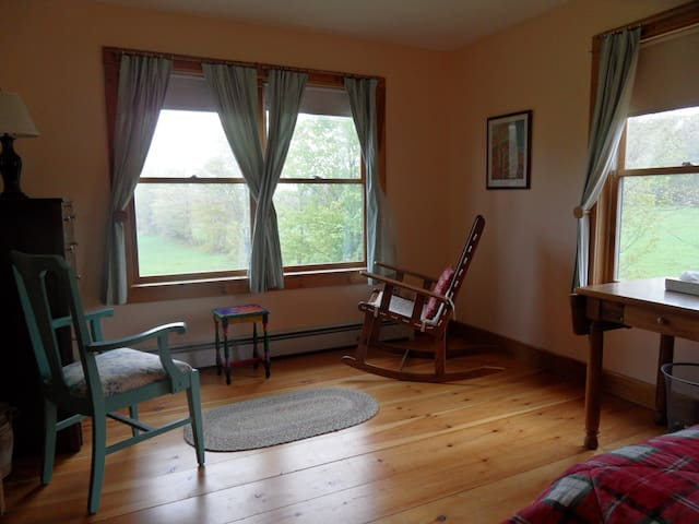 Bright corner room, garden and view - Mt Holly
