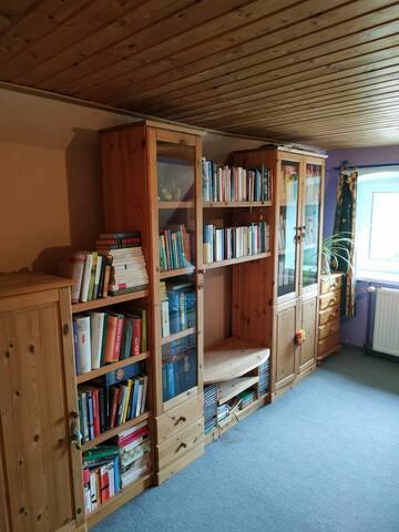 Gästezimmer Bücherregal