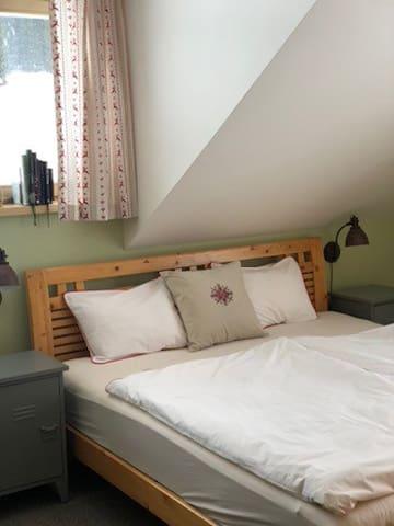 Ložnice s velkou pohodlnou manželskou postelí a jedno menší dvojlůžko